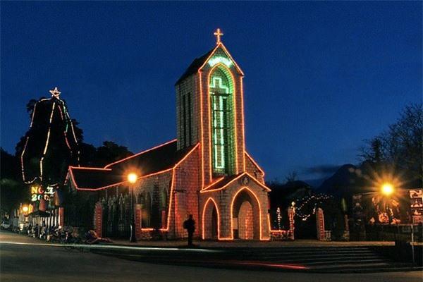 Nhà thờ đá đẹp lung linh trong đêm.