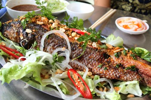 Cá lóc nướng cuốn với bánh tráng là món ăn tuyệt hảo.