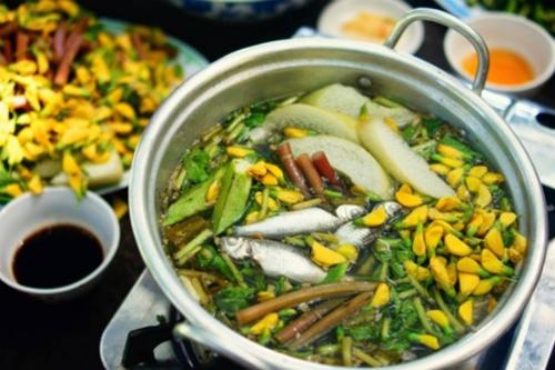 Lẩu cá linh ăn cùng bông điên điển là món ăn yêu thích của du khách