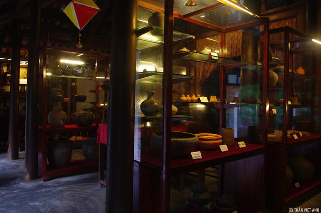 """Ngôi nhà trưng bày gốm cổ """"có một không hai"""" ở Phước Tích của bác Lê Trọng Diễn. Xuất phát từ tình yêu dành cho nghề gốm từ thời ông, cha để lại bác sưu tầm gần như đầy đủ các mẫu gốm cổ. Năm 1900 tới năm 1968 lò gốm ở Phước Tích tạm thời dừng hoạt động do chiến tranh. Nhưng kể từ sau năm 1975, sự xuất hiện của đồ gốm tạp với nhiều mẫu mã bắt mắt và đồ nhựa đã khiến gốm cổ Phước Tích không còn khả năng cạnh tranh. Và tới năm 1989, gốm Phước Tích chính thức tắt lửa."""