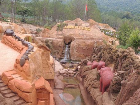 Đường hầm điêu khắc có chiều dài khoảng 1,7km, rộng từ 2 đến 10m, sâu từ 1 đến 9m