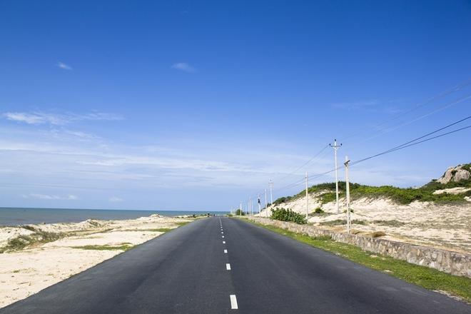 Đường qua Long Hải (Vũng Tàu) trong ngày trời xanh ngắt, một bên là biển, một bên là cây cối, núi đồi. Cung đường ven biển thường vắng xe, bạn sẽ có cảm giác như lạc vào những cảnh chỉ có trong phim.