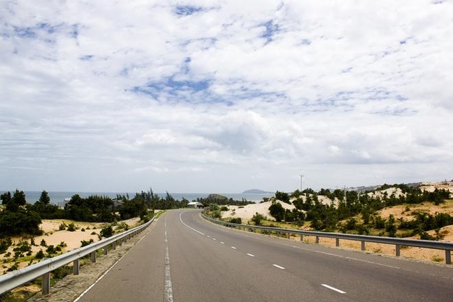 Tiếp đến là một cung đường dài thăm thẳm, hòa quyện vào trời xanh là những đồi cát vàng ươm.