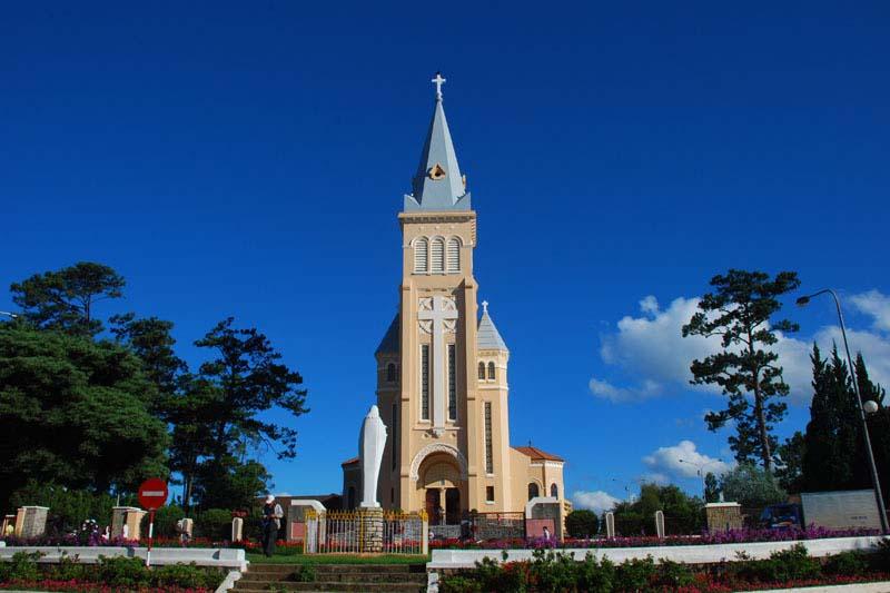 Nhà thờ chính tòa Đà Lạt - Điểm du lịch Đà Lạt hấp dẫn.