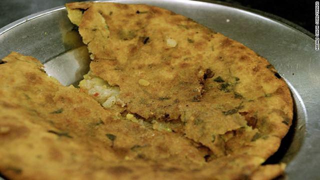 Paranthe Wali Gali ở Delhi là một địa chỉ ăn uống nổi tiếng với món paranthe, bánh rán, làm từ bột mỳ, với nhân thập cẩm rau hoặc quả từ địa phương, ăn kèm với xốt tương ớt xoài, sabri và một số loại rau sống.