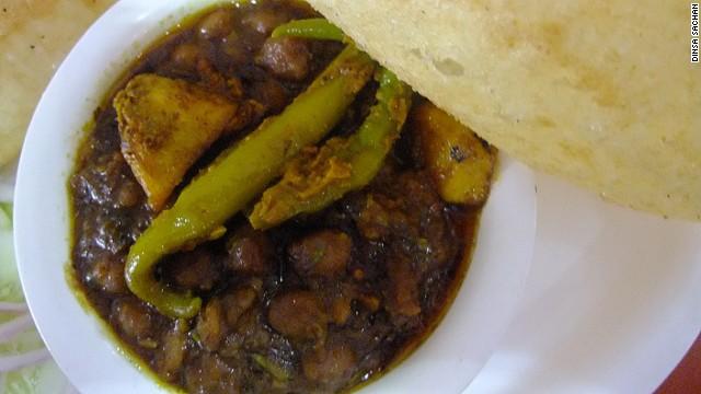 Chola bhatura là một món ăn có đầy đủ hương vị và nguyên liệu như một bữa ăn nhỏ gọn. Bao gồm bánh mì kết hợp với cà ri gà, thêm hành thái nhỏ ăn cùng dưa muối làm từ xoài thơm nồng.