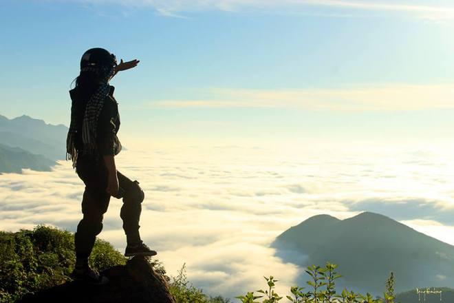 Tà Xùa có 3 đỉnh núi chính, hợp thành một kỳ quan thiên nhiên vô cùng hùng vĩ, với hình dáng giống như sống lưng con khủng long tiền sử khổng lồ, nhô lên uốn lượn, gai góc và hiểm trở.