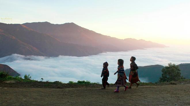 Đường lên Tà Xùa dốc đứng, quanh co qua những bản người Mông thấp thoáng hai bên triền dốc trong sương mù như vẽ ra một bức tranh Tây Bắc huyền ảo.