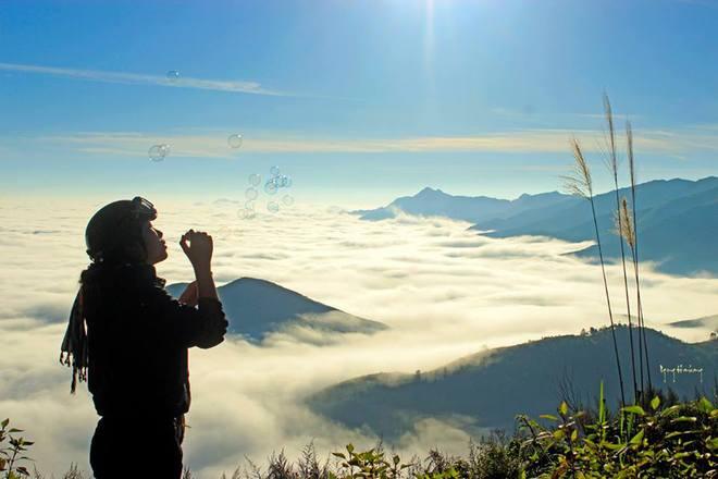 Đứng trên đỉnh Tà Xùa, nếu may mắn bạn sẽ được chiêm ngắm biển mây bồng bềnh, cảm giác như đang đi lạc vào chốn thần tiên, diệu vợi bị bỏ quên nơi trần thế.