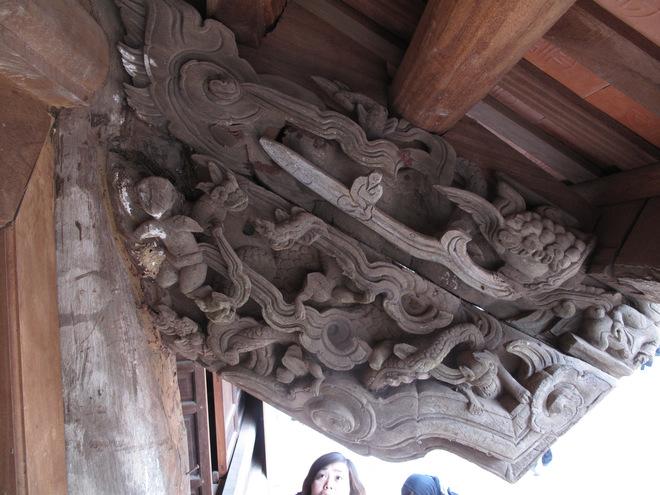 Rồng xuất hiện ở đình Phù Lão sinh động, gần gũi luôn gắn với hình tượng con người.