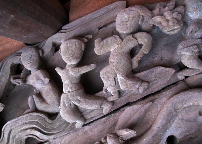 Những nhà điêu khắc vô danh xuất phát từ nông dân đã đưa vào đình làng những hình ảnh từ đời sống thực với phong cách độc đáo. Ở đình có nhiều bức chạm mô tả cuộc sống dân gian. Chỗ thì tả cảnh vui chơi...