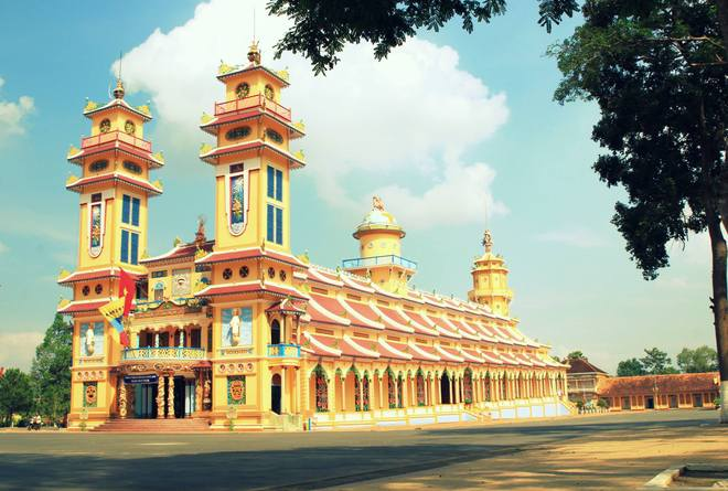 Con đường nổi tiếng nhất ở thị trấn kinh doanh muối tôm là Lê Văn Thới tại vòng xoay QL22 trước khi tới chợ Gò Dầu.