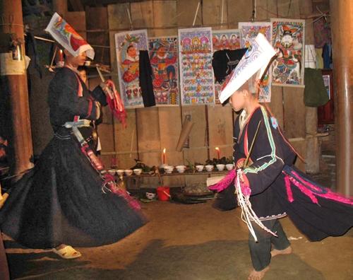 Rất nhiều điệu múa truyền thống theo quan niệm của từng vùng như múa phát nương, múa chạy cờ, múa kiếm, múa chuông, múa văn, múa võ…