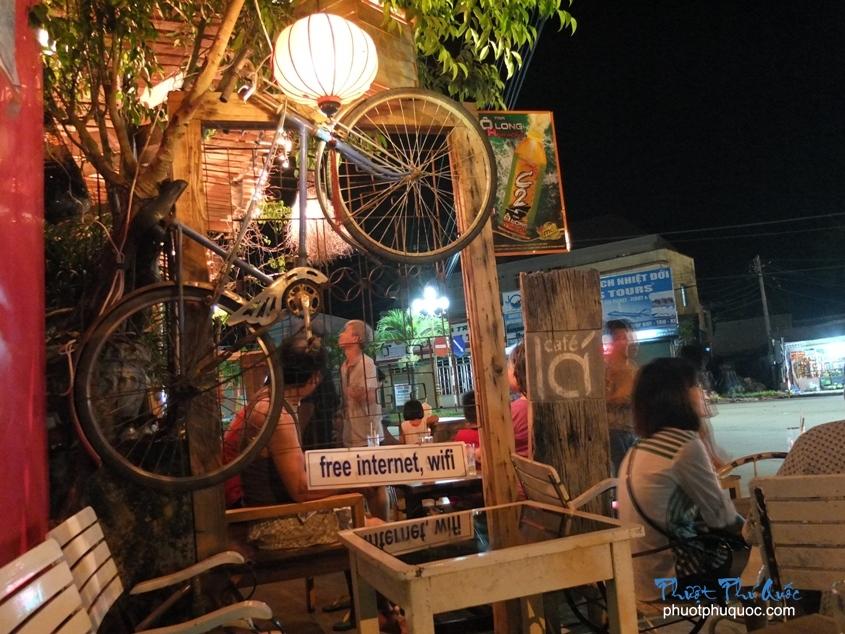Lá Café: Địa chỉ: 11 Trần Hưng Đạo.