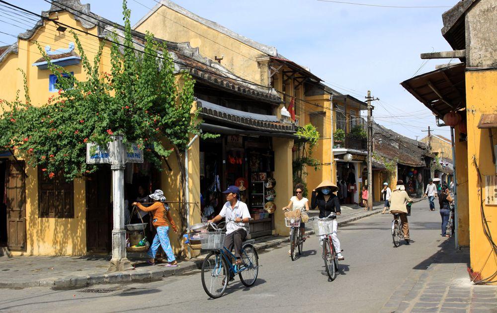 Xe đạp là phương tiện đi lại chủ yếu trong phố cổ