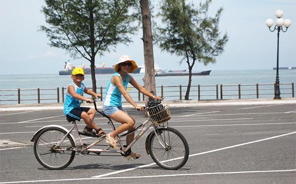 Rất nhiều du khách lựa chọn xe đạp là phương tiện đi lại khi du lịch Vũng Tàu. Ảnh: ST