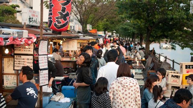 Tại khu Hakata, thành phố Fukuoka, tỉnh Fukuoka, yatai (các xe bán đồ ăn di động) xuất hiện hàng ngày dọc các con sông ở quận Tenjin. Những người bán hàng ở đây chủ yếu phục vụ tonkotsu, một món ramen truyền thống.
