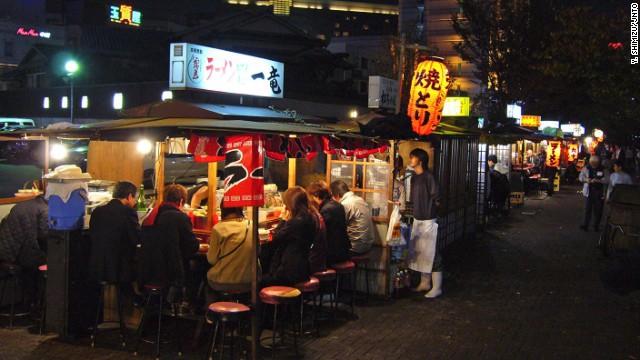 Mì tonkotsu ở khu Hakata, tỉnh Fukuoka, đảo Kyushu, có nước hầm từ xương heo nấu sôi trong vài ngày. Ở Nhật Bản người dân phục vụ mì ramen từ chiều muộn cho tới sáng hôm sau là điều bình thường.