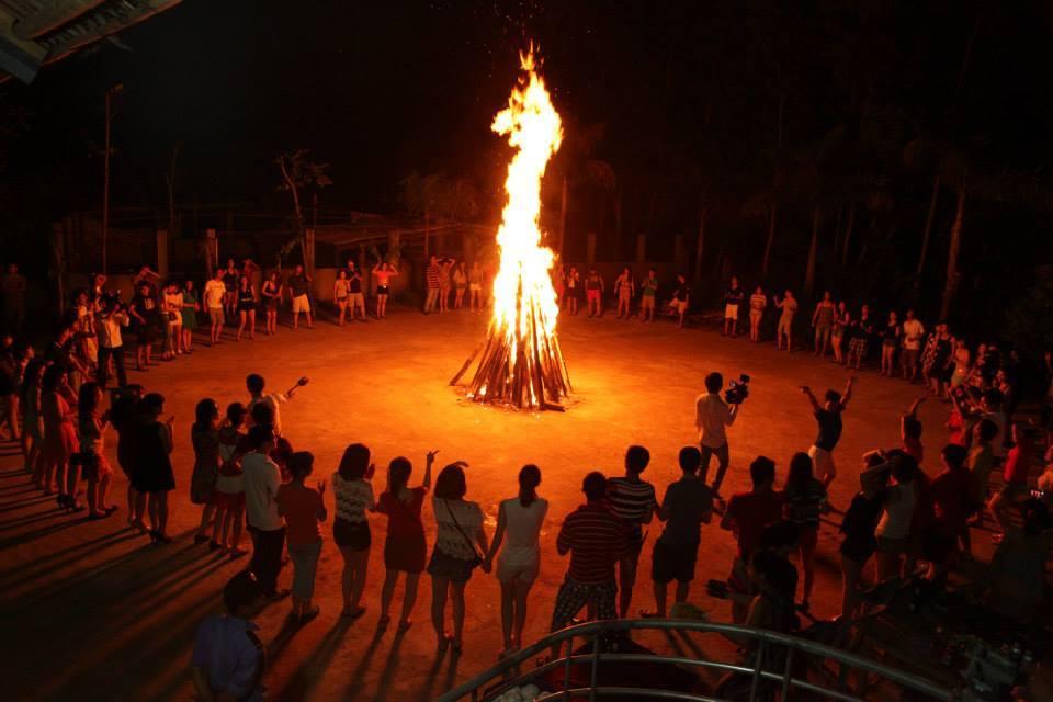 Đốt lửa trại ở Đồng Mô.