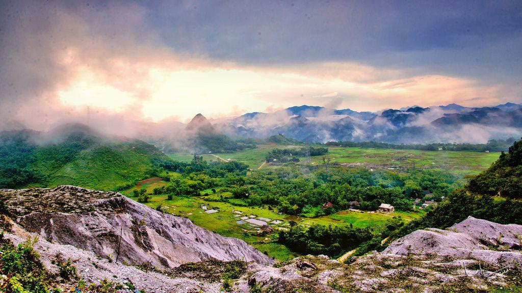 Khung cảnh kỳ ảo nhìn từ đèo Thung Khe khi trời quang.