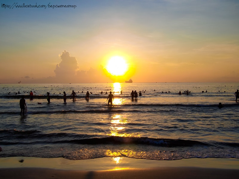 Tắm biển vào sáng sớm