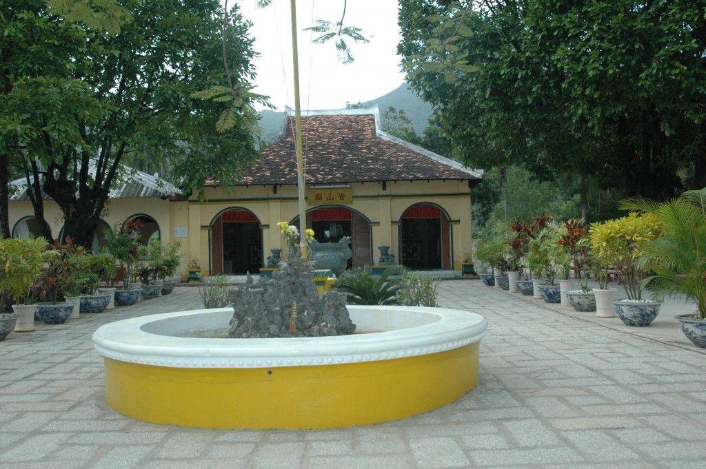 Khuôn viên Miếu An Sơn