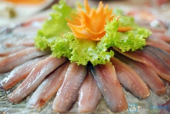 Cá trích tươi cuốn bánh tráng với đủ loại rau, ít dừa nạo, chấm với nước mắm hảo hạng là món ăn khoái khẩu ở Phú Quốc