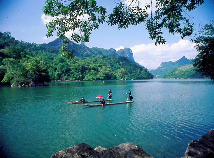 Đi thuyền thưởng ngoạn cảnh đẹp hồ Ba Bể
