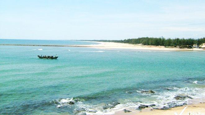 Cửa Tùng nước trong xanh, cát mịn  Cửa Tùng nước trong xanh, cát mịn