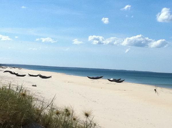 Khung cảnh thanh bình với  bãi cát dài