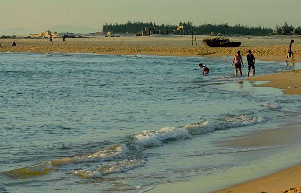 Những con sóng xô nhẹ vào bờ