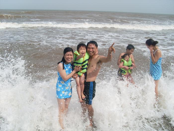 Du khách đến biển Đồng Châu để tắm biển