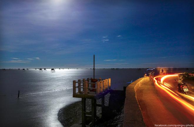 Buổi tối trên bờ đê biển, nơi mọi người thường ra để đi dạo hóng gió.