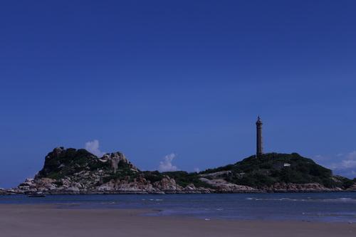Ngọn hải đăng phía xa