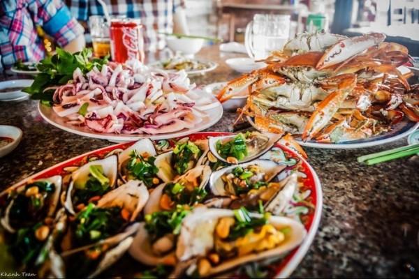 Hải sản tươi sống ở Hồ Cốc rất đa dạng, rất tươi ngon và giá cả rất mềm.