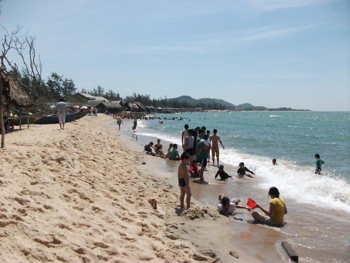 Du khách vui chơi trên các bãi biển ở Hồ Cốc.