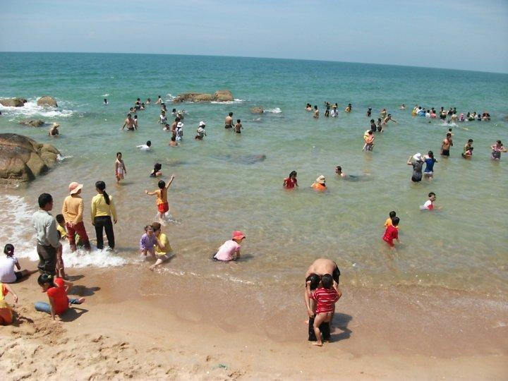 Bãi biển thoai thoải, nước nông nên an toàn cho trẻ con tắm biển.