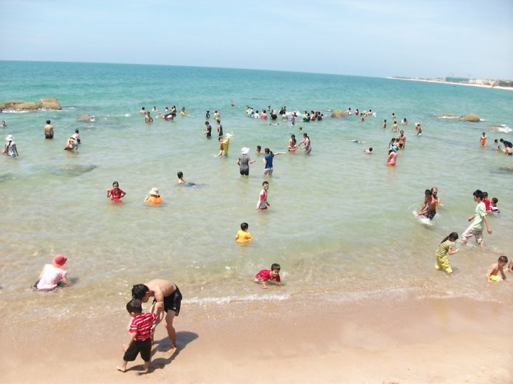 Cả gia đình thoải mái vui đùa trong làn nước trong xanh, nhìn thấy cả đáy biển.