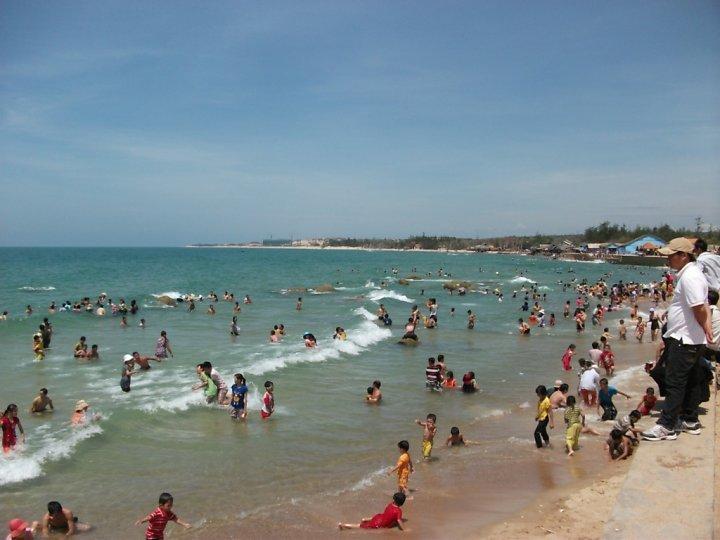 Bãi biển luôn rất đông du khách đến tắm biển.