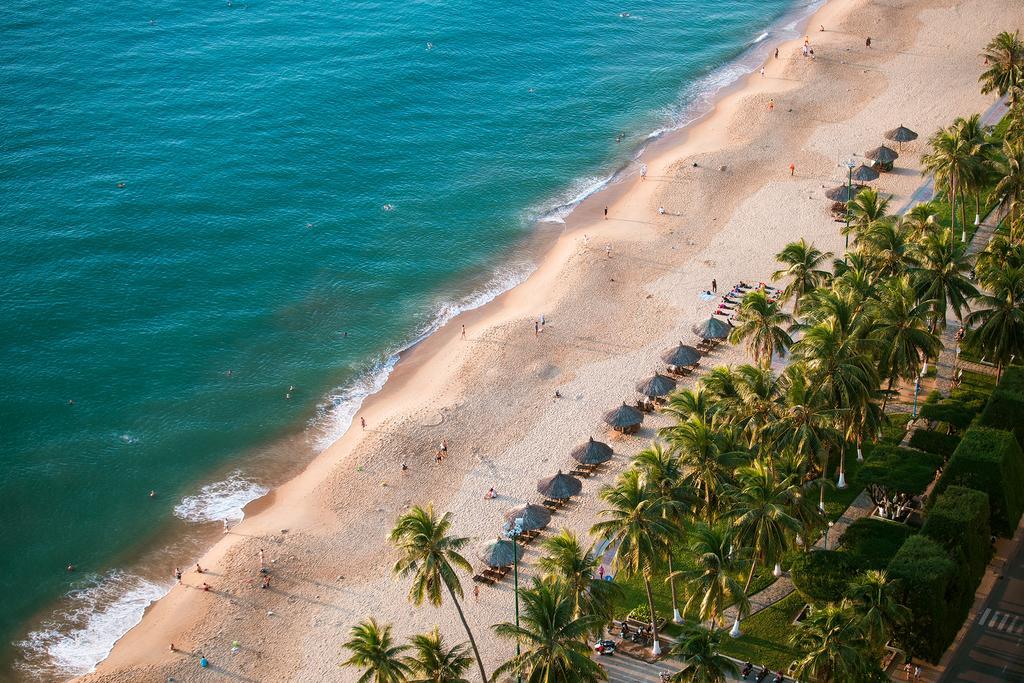 Nước biển trong xanh, và được bao quanh bởi rừng dừa xanh mát