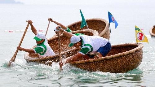 Chèo thuyền thúng trên biển Nha Trang.