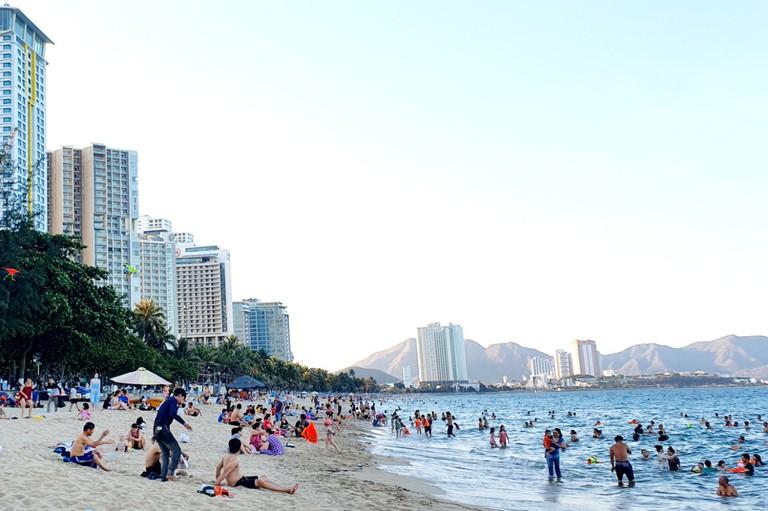 Du khách tắm biển trên bãi biển Nha Trang