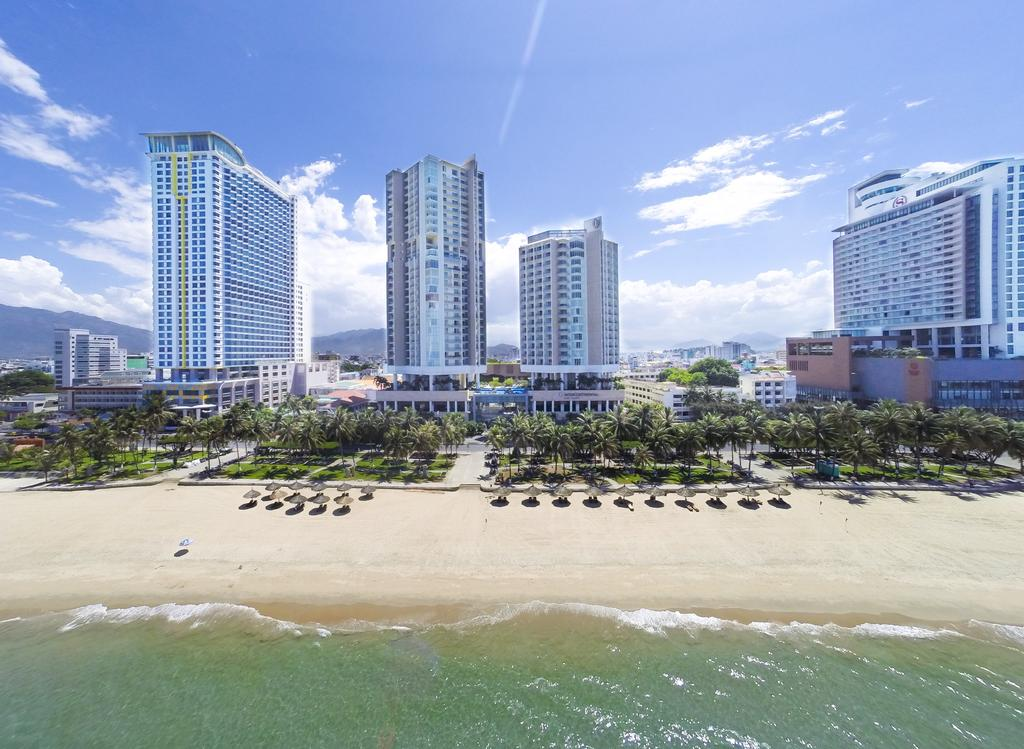 Xung quanh bãi biển có nhiều cơ sở lưu trú