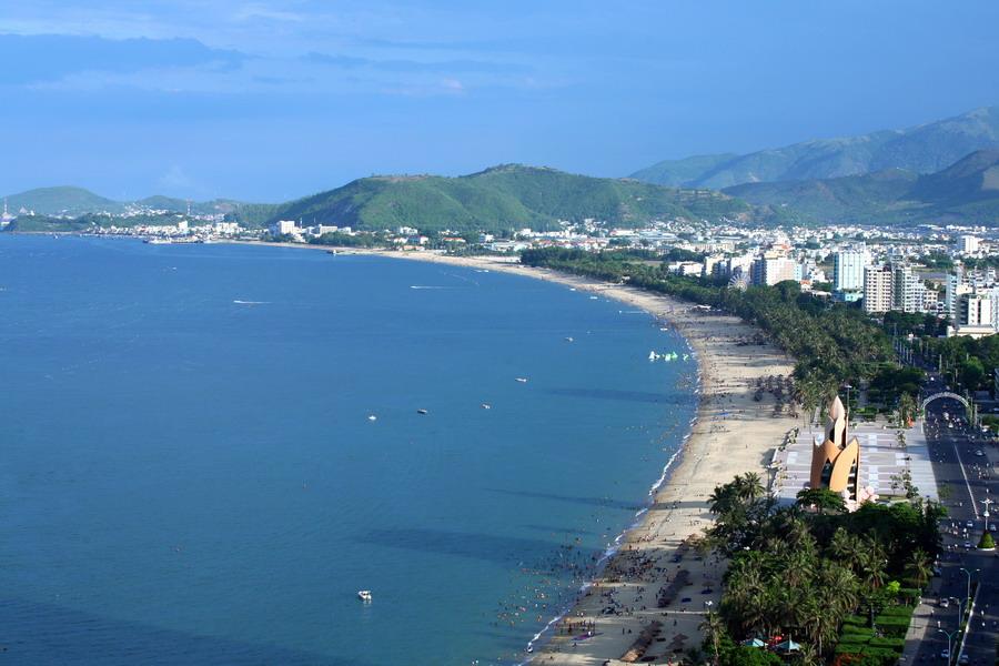 Bãi biển Nha trang trải dài dọc theo đường Trần Phú