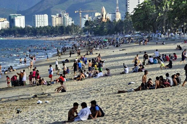 Du khách thỏa thích tắm biển hay nằm dài trên bờ cát