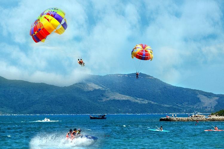Trò kéo dù trên bãi biển Nha Trang