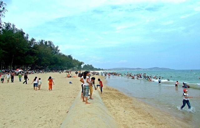 Bãi biển yên bình trong nắng