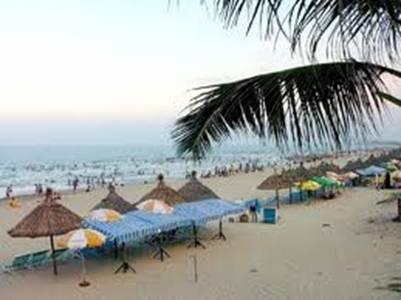bãi cát vàng óng ả và làn nước biển trong xanh