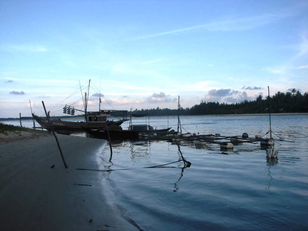 Thuyền đánh cá của ngư dân vào sáng sớm
