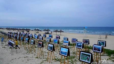 Hơn 100 bức ảnh về quê hương, biển đảo được triển lãm tại bãi biển